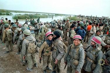 خوزستان، هورالهویزه/3اسفند1362 صبح عملیات خیبر، نیروهای پشتیبانی در کنار هورالهویزه آماده میشوند تا به خط مقدم رفته و جایگزین نیروهای درگیر عملیات شوند.