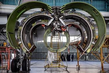 پوسته باز شده موتور هواپیمای بوئینگ در حال اورهال در آشیانه شماره یک ایرانایر