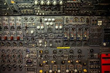 بسیاری از سوئیچ ها و دکمه ها در پشت صندلی افسر اول تعبیه شده اند که برای تنظیم مجدد کامپیوتر و غیرفعال کردن بعضی بخش های هواپیما به کار می روند