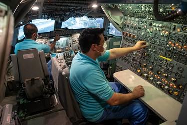 بررسی نهایی کابین خلبان یا کاکپیت هواپیما (Cockpit) توسط متخصصان ایرانی در آشیانه شماره یک ایرانایر در فرودگاه مهرآباد