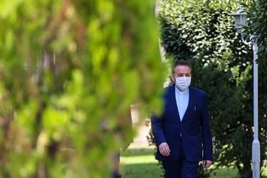 محمود واعظی رئیس دفتر رئیس جمهور هنگام خروج از جلسه هیأت وزیران / ۲ مهر ۱۳۹۹