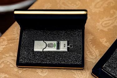 دستگاه ذخیره حافظه که اطلاعات آن با اثر انگشت رمزنگاری شده است در نمایشگاه ملی دست آوردهای دفاع مقدس و مقاومت
