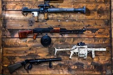 انواع سلاح ها در نمایشگاه ملی دست آوردهای دفاع مقدس و مقاومت