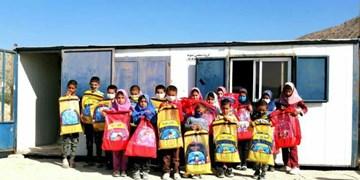 تداوم کمک مومنانه| اهدای بستههای نوشتافزار به دانشآموزان نیازمند فیروزآبادی