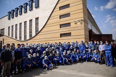 عکس یادگاری پرسنل کارخانه  تولید ماسک پس از  راه اندازی فاز توسعهای کارخانه