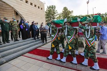 ادای احترام فرماندهان حاضر به پیکر شهید هاکوپیان