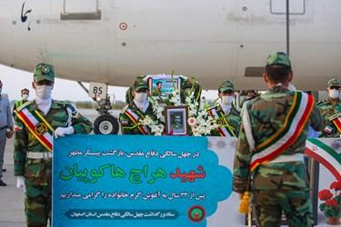 تشییع پیکیر شهید توسط نیروهای ارتش به همراه تشریفات مخصوص