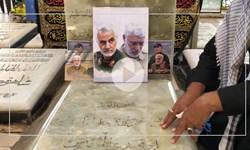 زائران اربعین بر مزار  شهید ابومهدیالمهندس