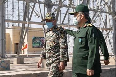 سردار حاجی زاده و سرلشکر موسوی در آیین الحاق سامانه راداری قدیر به شبکه پدافند هوایی کشور