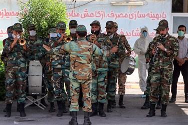اجرای گروه مارش نظامی توسط لشکر 92 زرهی خوزستان در مراسم تشییع اولین پزشک شهید مدافع سلامت خوزستان