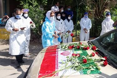 ادای احترام و اهدای شاخه های  گل توسط  کادر درمان به پیکر دکتر شهید عبدالله عسکری