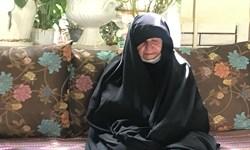 فیلم| لحظه اعلام خبر بازگشت پیکر شهید تازه تفحص به مادرش