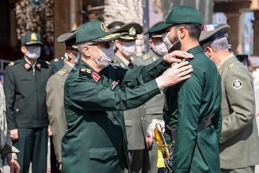 اهدای درجه به افسران دانشآموخته توسط سرلشکر باقری رئیس ستادکل نیروهای مسلح در مراسم مشترک دانشآموختگی دانشگاههای افسری نیروهای مسلح