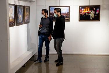 امین آهویی و مسعود شهرستانی عکاسان خبری در حال بازدید از نمایشگاه عکس «عطش وصل»