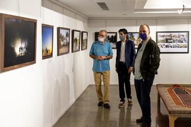 بازدید مرتضی سرهنگی نویسنده دفاع مقدس از نمایشگاه عکس «عطش وصل»