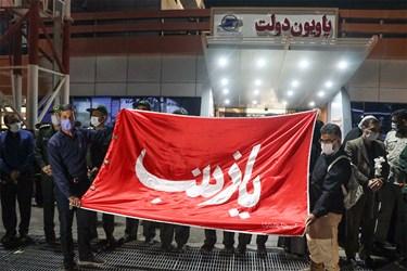 پرچم متبرک به حرم حضرت زینب (س) در مراسم استقبال از پیکر مطهر یک شهید مدافع حرم و چهار شهید دفاع مقدس در اهواز