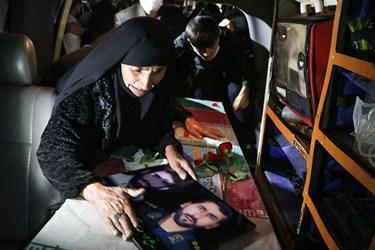 مادر شهید مهدی نظری در مراسم استقبال از پیکر مطهر فرزندش