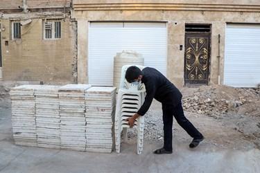 آمادهسازی محل روضه در مقابل درب منزل شهید روغنی