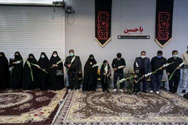 استقبال خانواده  شهید مدافع حرم زکریا شیری قبل از ورود پیکر شهید به معراج الشهدا
