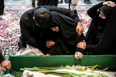وداع مادر شهید مدافع حرم زکریا شیری با پیکر فرزندش