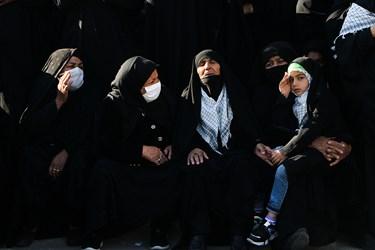 دختر و مادر  شهید مدافع حرم مهدی نظری در مراسم تشییع و خاکسپاری پیکر مطهر فرزندش