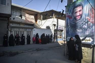 استقبال همسایه ها و اهالی محل سکونت  خانه پدری از پیکر شهید  محمود رادمهر
