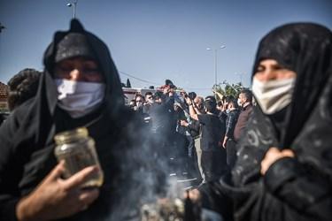 لحظه ورود پیکر شهید بر روی دستان اهالی محلهی طالقانی ساری