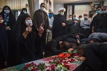 وداع مادر و همرزمان شهید محمود رادمهر با پیکر مطهر آن شهید