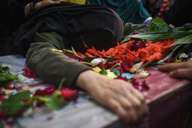 وداع مادر شهید محمود رادمهر با پیکر مطهر پسرش