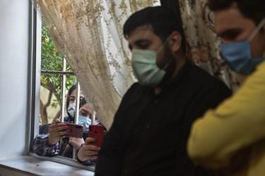 وداع با پیکر مطهر شهید محمود رادمهر در منزل پدریاش