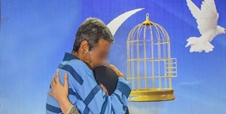 زنی که به نیت امام رضا(ع) ۸ زندانی دیه را با پول طلاهایش آزاد کرد