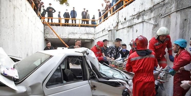 امدادرسانی به مصدومان حادثه سقوط پژو به داخل گذرگاه عابر پیاده در مشهد