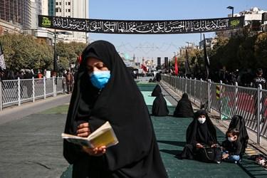 دوست داران حضرت رضا(ع) ضمن رعایت فاصله اجتماعی و با استفاده از ماسک در خیابان های مجاور به حرم رضوی مشغول عزاداری هستند.