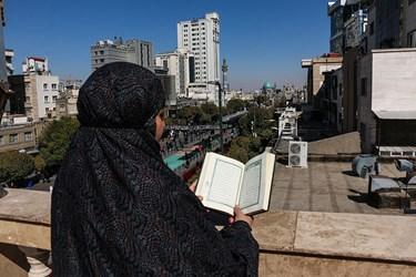 دوست داران حضرت رضا(ع) به دلیل محدودیتهای کرونایی در خیابان های مجاور به حرم رضوی مشغول عزاداری هستند.