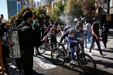 محبان امام هشتم با حضور افتخاریشان مجاورین و زائرین را ضدعفونی می کنند.