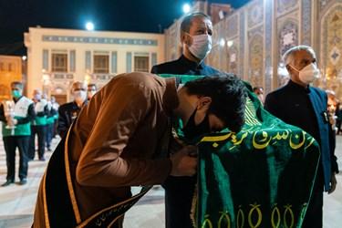 بوسه خادم حرم مطهر حضرت شاهچراغ علیهالسلام بر پرچم گنبد امام رضا(علیه السلام)
