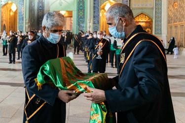 پرچم گنبد حضرت شاهچراغ علیهالسلام  در مراسم شامغریبان و لاله گردانی