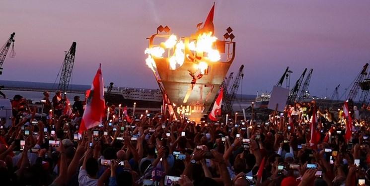 عکس  لبنانیها نماد اعتراضات ۱۷  اکتبر را به بندر بیروت بردند