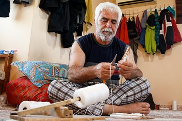 آقای محمودی كه سال ها در كار چینیک مهارت دارد مشغول آماده كردن ابزار چوبی چينيک برای ترميم تور است. چینیک ابزاریست برای ترمیم تورهای صیادی و به كسی كه تور میبافد به زبان محلی چينيک چی می گويند.