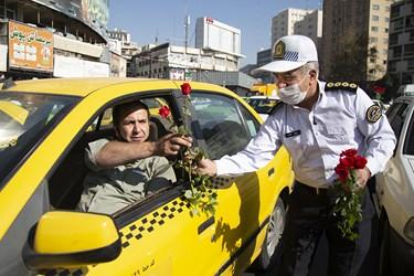 اهدای گل توسط پرسنل راهنمایی و رانندگی به راننده تاکسی همزمان با آغاز هفته نیروی انتظامی