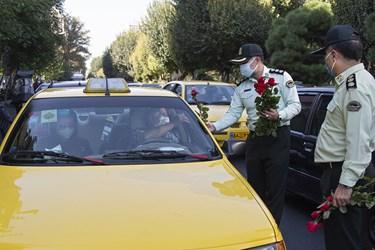اهدای گل توسط پرسنل نیروی انتظامی به راننده تاکسی همزمان با آغاز هفته نیروی انتظامی