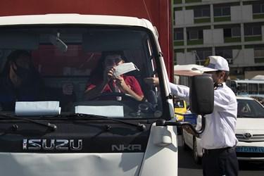 اهدای ماسک توسط مامور راهنمایی و رانندگی به رانندگان همزمان با آغاز هفته نیروی انتظامی