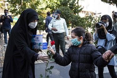 اهدای گل توسط مامور پلیس امنیت اخلاقی به دختر نوجوان همزمان با آغاز هفته نیروی انتظامی