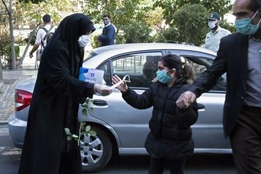 اهدای ماسک توسط مامور پلیس امنیت اخلاقی به دختر نوجوان همزمان با آغاز هفته نیروی انتظامی