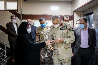 فرمانده مرزبانی ناجا در حال بازدید خبر حضور وی در خبرگزاری فارس