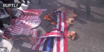 فیلم| معترضان ضد ترامپ پرچم آمریکا را در بوستون آتش زدند