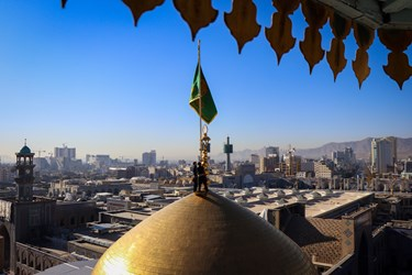 لحظه برافراشته شدن  پرچم سبز گنبد ملکوتی حرم حضرت ثامن الحجج علیه السلام