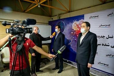 آرش آرشکیا عضو مدیران علمی این شرکت در حال مصاحبه با خبرنگاران