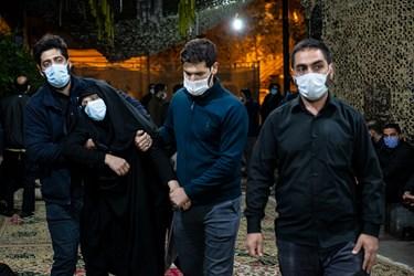 مادر شهید «محمد محمدی» هنگام ورود به محل وداع با فرزند