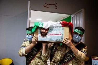 پیکر شهید امر به معروف «محمد محمدی» برای آخرین دیدار با خانواده به معراج منتقل میشود.
